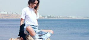 topshop ripped boyfriend jeans dkny black shirt reebok sneakers fashion blogger pretty girl polishgirl blonde denim pants curly hair casual minimal look white tee outfit what to wear sea view 1200 5