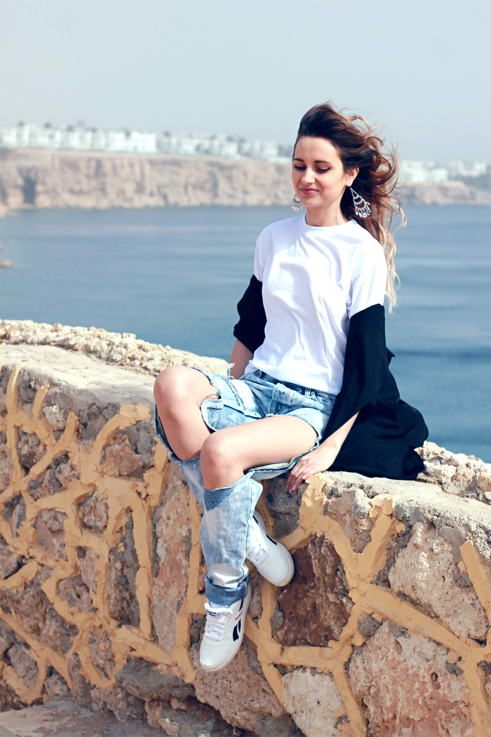 ripped boyfriend jeans donna karan black shirt reebok sneakers fashion blogger girl polishgirl blonde denim pants casual minimal look white tee edgy clothes outfit what to wear lookbook ootd vogue 9