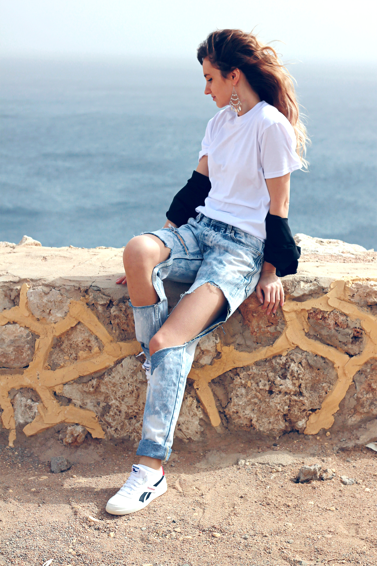 ripped boyfriend jeans donna karan black shirt reebok sneakers fashion blogger girl polishgirl blonde denim pants lookbook casual minimal look white tee clothes outfit what to wear white shoes 2