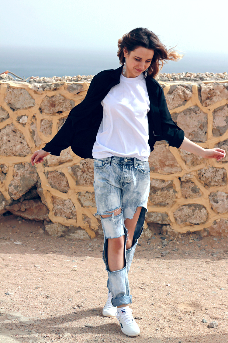 topshop ripped boyfriend jeans dkny black shirt reebok sneakers fashion blogger girl polishgirl blonde denim pants casual minimal look white tee edgy clothes outfit torn pants teenvogue ootd lookbook 3