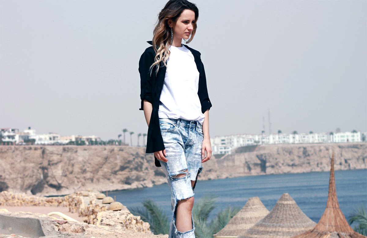 topshop ripped boyfriend jeans dkny black shirt reebok sneakers fashion blogger girl polishgirl blonde denim pants curly hair casual minimal look white tee clothes outfit ootd lookbook street style blog 5