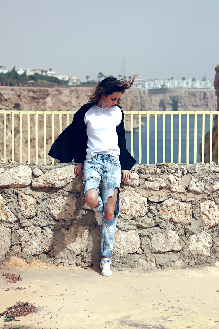 topshop ripped boyfriend jeans dkny black shirt reebok sneakers fashion blogger girl polishgirl blonde denim pants curly hair casual minimal look white tee clothes outfit what to wear holidays 750