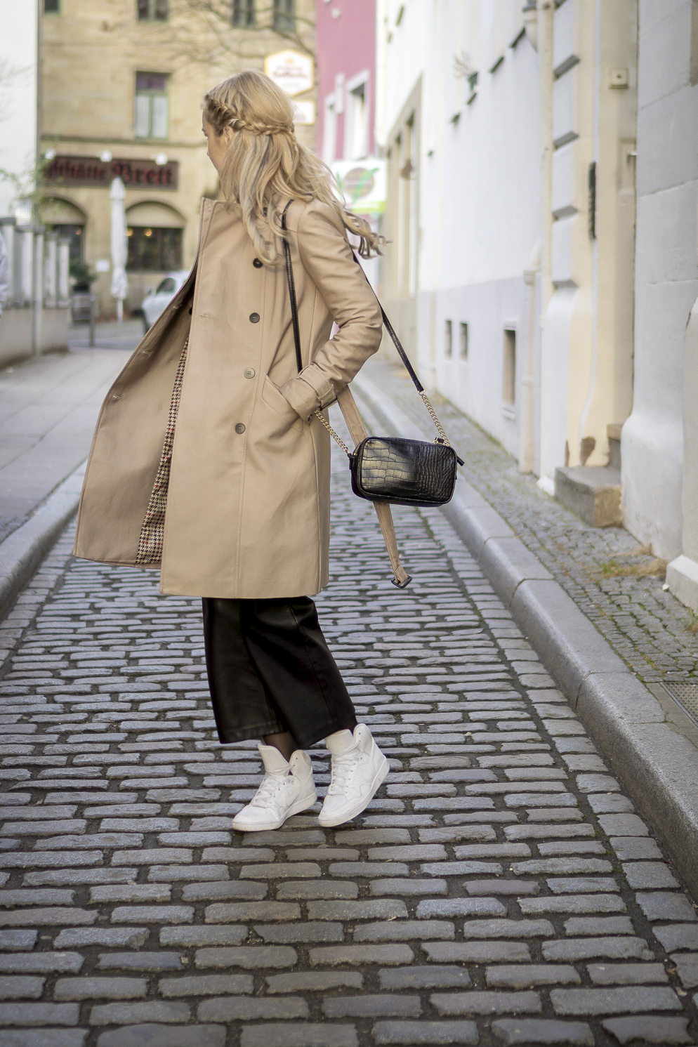 wearing beige trench coat from zara, OOTD outfit look